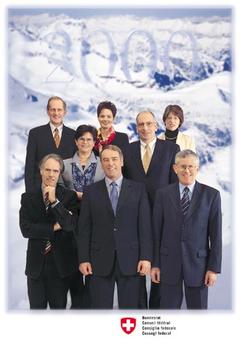 2000 (von links nach rechts, von hinten nach vorne): Joseph Deiss, Ruth Metzler, Bundeskanzlerin Annemarie Huber-Hotz, Ruth Dreifuss, Pascal Couchepin, Moritz Leuenberger, Bundespräsident Adolf Ogi, Kaspar Villiger.