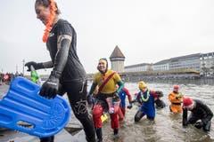 Hauptsache Spass: Am Silvester-Schwimmen in der Reuss. (Bild: KEYSTONE/Urs Flüeler; Luzern, 31. Dezember 2018)