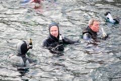 Ja dann, einen guten Rutsch ins neue Jahr! Am Silvester-Schwimmen in der Reuss. (Bild: KEYSTONE/Urs Flüeler; Luzern, 31. Dezember 2018)
