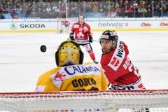Immer den Puck im Fokus: Zach Boychuk (rechts) vom Team Canada. Bild: Gian Ehrenzeller / Keystone (Davos, 31.12.2018)