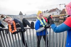 Bisschen Mut gehört dazu: Am Silvester-Schwimmen in der Reuss. (Bild: KEYSTONE/Urs Flüeler; Luzern, 31. Dezember 2018)