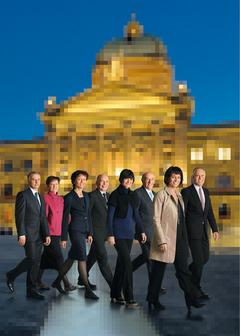 2010, Bild 1 (von links): Didier Burkhalter, Bundeskanzlerin Corina Casanova, Eveline Widmer-Schlumpf, Ueli Maurer, Micheline Calmy-Rey, Hans-Rudolf Merz, Bundespräsidentin Doris Leuthard, Moritz Leuenberger.