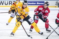 KalPa Kuopios Eetu Luostarinen (links) gegen Cory Emmerton vom Team Canada. Bild: Melanie Duchene / Keystone (Davos, 31.12.2018)