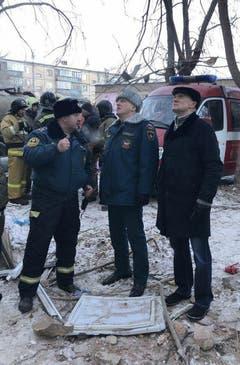 Boris Dubrovsky, Gouverneur von Chelyabinsks, spricht mit dem Sicherheitschef am Unfallort. (Bild: Keystone)