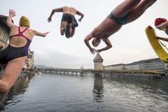 Und ab ins kalte Nass: Am Silvester-Schwimmen in der Reuss. (Bild: KEYSTONE/Urs Flüeler; Luzern, 31. Dezember 2018)