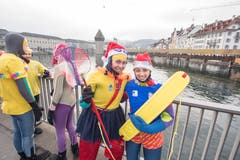 Zwei mutige Chläuse: Am Silvester-Schwimmen in der Reuss. (Bild: KEYSTONE/Urs Flüeler; Luzern, 31. Dezember 2018)