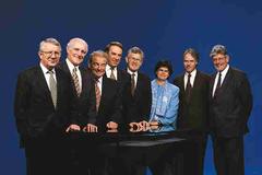 1997 (von links): Bundespräsident Arnold Koller, Flavio Cotti, Jean-Pascal Delamuraz, Adolf Ogi, Kaspar Villiger, Ruth Dreifuss, Moritz Leuenberger, Bundeskanzler François Couchepin.