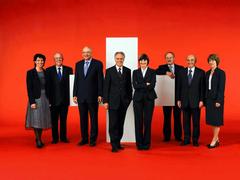 2006, Bild 2 (von links): Doris Leuthard, Christoph Blocher, Pascal Couchepin, Bundespräsident Moritz Leuenberger, Micheline Calmy-Rey, Samuel Schmid, Hans-Rudolf Merz, Bundeskanzlerin Annemarie Huber-Hotz.