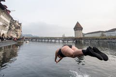 Ein Köpfler in die Reuss: Am Silvester-Schwimmen. (Bild: KEYSTONE/Urs Flüeler; Luzern, 31. Dezember 2018)