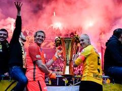 Marco Wölfli und Steve von Bergen feiern den ersten Meistertitel der Young Boys seit 1986 (Bild: KEYSTONE/ANTHONY ANEX)