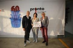 OhO-Präsidentin Nadine Knecht (Mitte) durfte von der Reinigungsfirma Pronto AG einen Scheck über 3660 Franken für die Spendenaktion entgegennehmen. (Bild: PD)