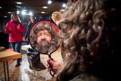 Ein Blick in den Spiegel zeigt, Matthias Giezendanner ist jetzt der Schmutzli. (Bild: Urs Bucher)