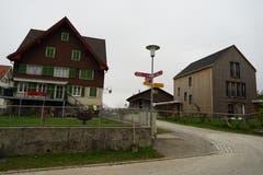 Links eine frühere Gaststätte. Die Lampe an der Ecke des Hauses zeugt noch davon. Rechts ein Haus in skandinavischem Baustil setzt einen Kontrastpunkt.