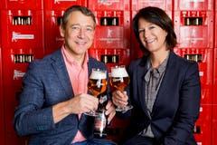 Stossen mit dem neuen Schützengarten-Festbier an: Martin Ketterer, Technischer Direktor der Brauerei Schützengarten, und OhO-Präsidentin Nadine Knecht. (Bild: Mareycke Frehner)