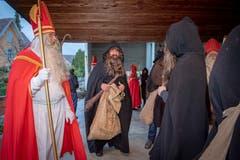 Matthias Giezendanner (2v.l.) mit seinen Samichlaus- und Schmutzlikollegen der St. Nikolausvereinigung Buchs Grabs kurz vor der Aussendung. (Bild: Urs Bucher)