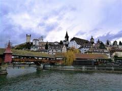 Die Spreuerbrücke und die Museggmauer mit ihren Türmen. (Bild: Urs Gutfleisch (Luzern, 4. Dezember 2018))