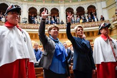 Karin Keller-Sutter, rechts, und Viola Amherd, werden zwischen den Ratsweibeln Ivan Della Valentina, links, und Peter Truffer, vereidigt nach ihrer Wahl in den Bundesrat. (Bild: Keystone)