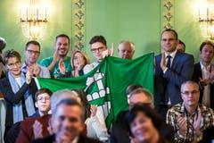 Anhänger der FDP jubeln über die Wahl von Karin Keller-Sutter, FDP-SG, in den Bundesrat in Bern. (Bild: Keystone)