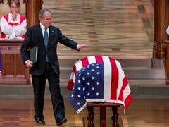 Der frühere US-Präsident George W. Bush verabschiedet sich bei der Trauerfeier von seinem Vater, dem ehemaligen US-Präsidenten George H. W. Bush. (Bild: KEYSTONE/EPA AP POOL/ANDREW HARNIK / POOL)