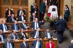 Bundesrat Johann Schneider Ammann und Bundesrätin Doris Leuthard verlassen die Vereinigte Bundesversammlung nach der Verabschiedung. (Bild: Keystone)