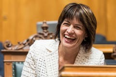 Der Scherz «Nie wurde Doris Leuthard emotional», würdigte Nationalratspräsidentin Marina Carobbio das Schaffen der Bundesrätin. Das Parlament musste ob der Bemerkung lachen. Und ja, auch Leuthard fand das lustig. Bild: Anthony Anex / Keystone