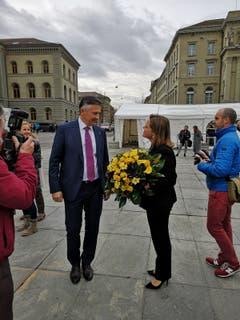 Sie haben die Wahl nicht geschafft: Der Nidwaldner Hans Wicki und die Urnerin Heidi Z'graggen auf dem Bundesplatz in Bern. (Bild: Niels Jost)