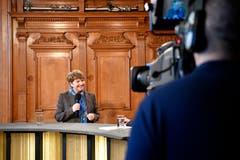 Die neugewaehlte Bundesraetin Viola Amherd spricht in einem mobilen TV-Studio nach der Ersatzwahl in den Bundesrat durch die Vereinigte Bundesversammlung. (Bild: KEYSTONE/Anthony Anex)