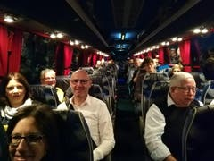 Die Stimmung im Nidwaldner Fanbus ist noch etwas verschlafen. Kein Wunder: Der Bus steckt auf der Strecke nach Bern im Stau. (Bild: Niels Jost)
