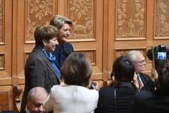 Die Bundesratskandidatinnen Viola Amherd, CVP-VS, links und Karin Keller-Sutter, FDP-SG, strahlen vor Beginn der Sitzung zur Ersatzwahl in den Bundesrat durch die Vereinigte Bundesversammlung. (Bild: Keystone)