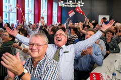 Fans aus dem Wallis freuen sich über die Wahl von Bundesrätin Viola im Restaurant «Äusseren Stand» in Bern. (Bild: KEYSTONE/Alexandra Wey)