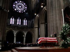 Die Trauerfeier für den früheren US-Präsidenten George H. W. Bush findet in der Nationalen Kathedrale in Washington statt. (Bild: KEYSTONE/Pool AP/ALEX BRANDON)