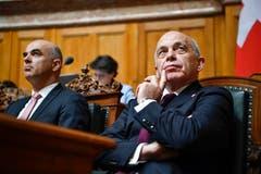 Der diesjährige Bundespräsident Alain Berset, links, und sein Nachfolger Ueli Maurer vor der Ersatzwahl in den Bundesrat. (Bild: Keystone)