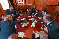 Die Stimmenzaehlerinnen und Stimmenzaehler erwarten die Stimmzettel, welche die Ratsweibelinnen und Ratsweibel auf den Tisch verteilen, waehrend der Ersatzwahl in den Bundesrat durch die Vereinigte Bundesversammlung. (Bild: KEYSTONE/POOL/Karl-Heinz Hug)