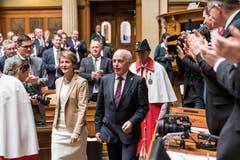 Die Bundesraete Ueli Maurer, rechts, und Simonetta Sommaruga werden nach ihrer Wahl zum Bundespraesidenten respektive zur Bundesvizepraesidentin 2019 von der Vereinigten Bundesversammlung empfangen. (Bild: KEYSTONE/Peter Schneider)