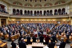 Karin Keller-Sutter, Mitte, rechts, und Viola Amherd, werden vereidigt nach ihrer Wahl in den Bundesrat. (Bild: Keystone)