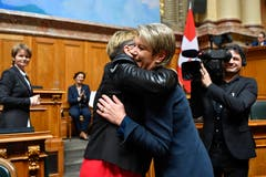 Karin Keller-Sutter, rechts, freut sich über ihre Wahl zum 119. Mitglied des Bundesrates und wird von Edith Graf-Litscher, SP-TG, umarmt. (Bild: Keystone)
