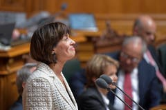 Emotionen zum Abschied: Als sie bei der Rede ihrem Mann dankt, verdrückt Bundesrätin Doris Leuthard ein Tränchen. (Bild: Keystone)