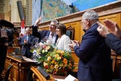 Filippo Lombardi posiert mit der abtretenden Bundesrätin Doris Leuthard, rechts der abtretende Bundesrat Johann Schneider-Amman. (Bild: Keystone)