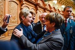 Viola Amherd, rechts, freut sich über ihre Wahl zum 118. Mitglied des Bundesrates mit der weiteren Bundesratskandidatin Karin Keller-Sutter. (Bild: Keystone)