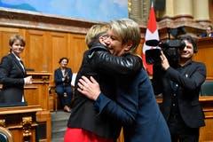 Die frischgewählte Karin Keller-Sutter nimmt Gratulationen entgegen. (Bild: KEYSTONE/Anthony Anex)