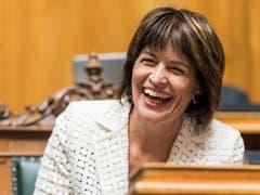Die abtretende Bundesrätin Doris Leuthard lacht zu Beginn der Sitzung zur Ersatzwahl in den Bundesrat durch die Vereinigte Bundesversammlung. (KEYSTONE/Anthony Anex) (Bild: KEYSTONE/ANTHONY ANEX)