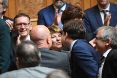 Küsschen für die neue Bundesrätin Viola Amherd. (Bild: Keystone)