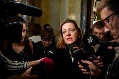 Die unterlegene Bundesratskandidatin Heidi Zgraggen erklärt sich den Medien nach der Ersatzwahl in den Bundesrat. (Bild: Keystone)