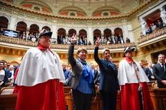 Karin Keller-Sutter (rechts) und Viola Amherd werden vereidigt. (Bild: KEYSTONE/Anthony Anex)