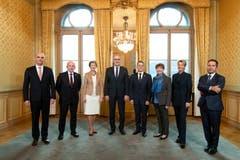 Die neugewählten Bundesrätinnen Karin Keller-Sutter (2. von rechts) und Viola Amherd (3. von rechts) posieren mit dem Gesamtbundesrat. (Bild: KEYSTONE/POOL/Peter Klaunzer)