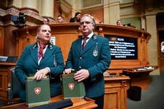 Die Ratsweibel Nathalie Radelfinger und Ivan Della Valentina machen sich mit den Wahlurnen bereit zur Ersatzwahl in den Bundesrat. (Bild: Keystone)
