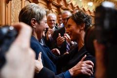 Karin Keller-Sutter freut sich über ihre Wahl mit Pascale Bruderer (SP/AG). (Bild: KEYSTONE/Anthony Anex)