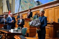 Karin Keller-Sutter, rechts, freut sich über ihre Wahl zum 119. Mitglied des Bundesrates. (Bild: Keystone)