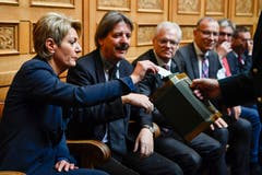 Die Bundesratskandidatin Karin Keller-Sutter, links, gibt ihre Stimme ab neben Paul Rechsteiner, SP-SG. (Bild: Keystone)