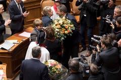 Die beiden neu gewählten Bundesrätinnen Karin Keller Sutter und Viola Amherd, von rechts, werden beglückwünscht nach der Vereidigung. (Bild: Keystone)